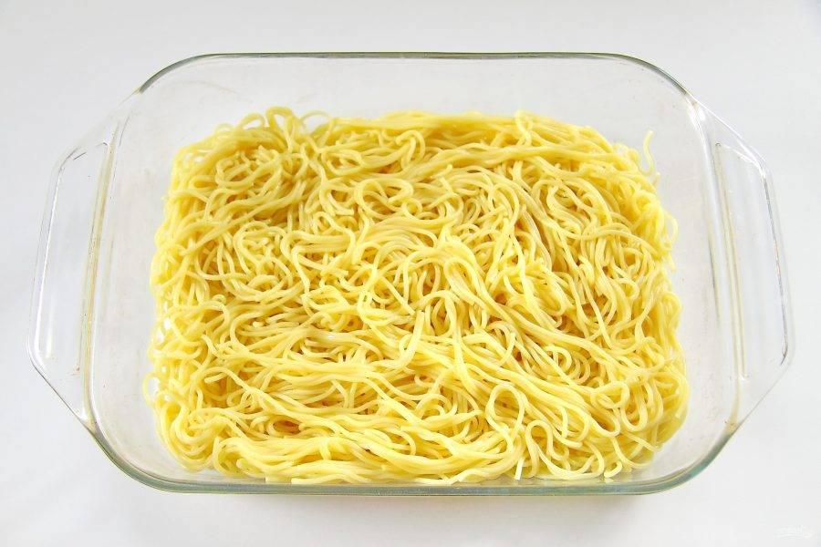 Поставьте кастрюлю с водой на огонь. После закипания добавьте по вкусу соль, куркуму и спагетти. Отварите их до готовности, откиньте на дуршлаг, после чего переложите в прямоугольное блюдо и полейте спагетти растительным маслом.