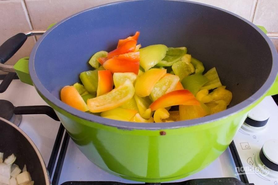 3.В кастрюлю налейте растительное масло и выложите перцы, обжаривайте их около 15 минут на среднем огне.