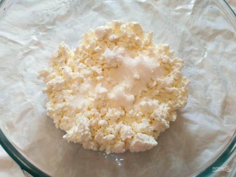 Творог разомните с солью и сахарным песком, добиваясь того, чтобы творожные зёрна стали мельче.