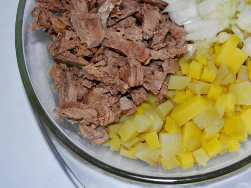 4. Я еще добавляю в салат отварной картофель. Сейчас молодой картофель, который варится достаточно быстро. Поэтому отварите его и полностью остудите. Если хотите, чтобы салат получился немного нежнее, то можно и без него.