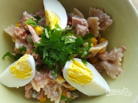 Раскладываем по тарелкам и добавляем дольки яйца. Приятного аппетита!
