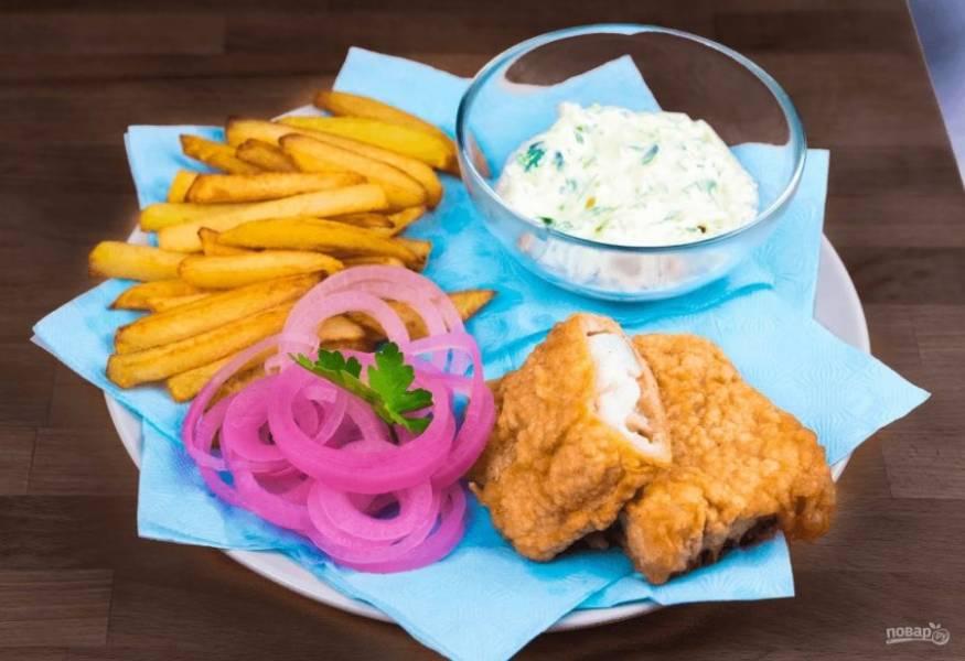 6. Подавайте рыбу с картофелем и соусом. Приятного аппетита!
