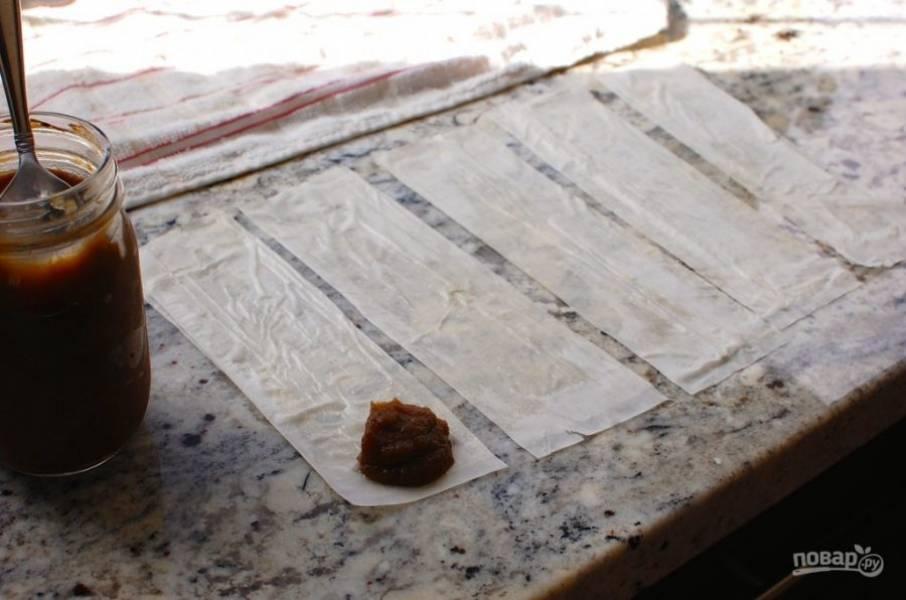 4.Смешайте нутеллу и тыквенное пюре, выложите на край одной полоски около 1 ложки начинки.