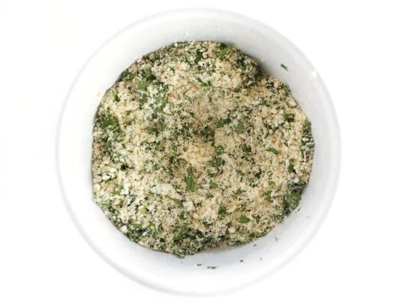 Сыр натрите на мелкой терке и смешайте со специями и измельченной петрушкой.