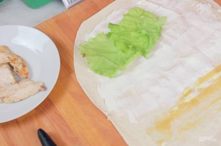 2. Затем лаваш смажьте тонким слоем сливочного или творожного сыра, а также нанесите тонкую полоску горчицы.