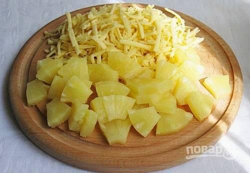 Ананас нарезаем небольшими кубиками, сыр можно тоже нарезать, но мне больше нравится, когда он натерт на крупной терке.