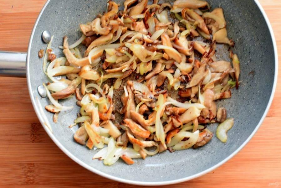 На оставшемся масле позолотите грибы и лук. Выложите поверх картофеля.