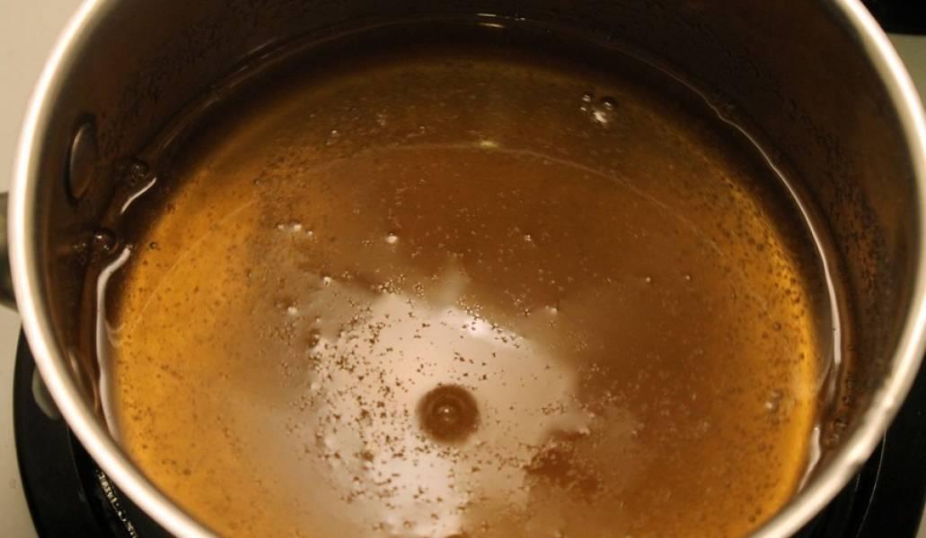 В кастрюле смешиваем сок и сироп, добавляем желатин. Ставим на огонь, перемешивая хорошенько нагреваем (чтоб растворился желатин), но не доводим до кипения.