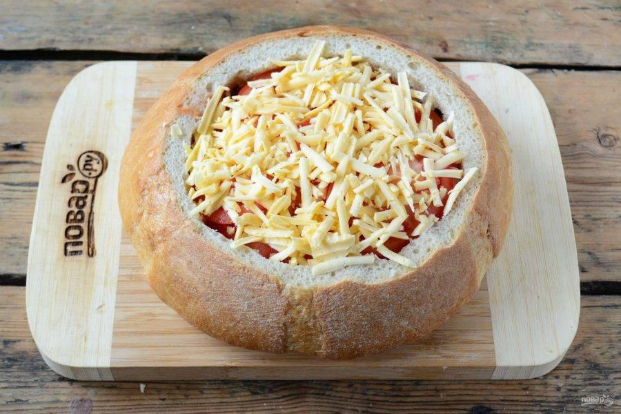 Снова смажьте майонезом и присыпьте тертым сыром. Ух, как это будет вкусно! Такая концентрация мясных продуктов, сыра и помидора в одном бутерброде — это просто немыслимо вкусно!