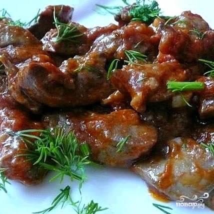 Готовое блюдо оставить под крышкой на 10-15 минут, а пока приготовить гарнир - картофель, рис или тушеные овощи, главное, чтобы вкус его был достаточно нейтральным:). Подавать печень по-восточному горячей, посыпав мелко нарезанной зеленью.
