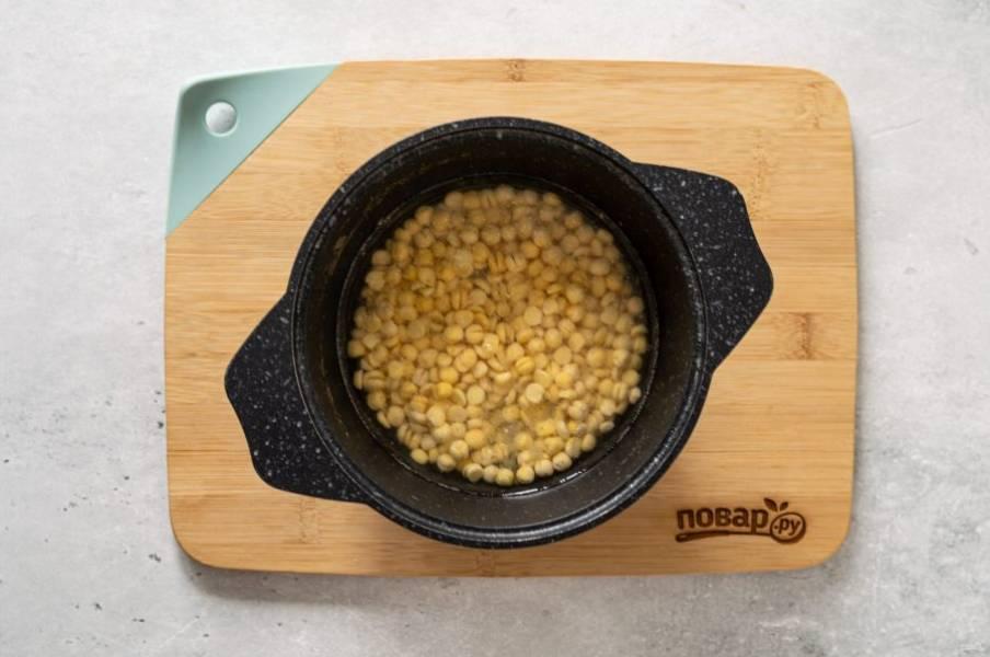 Добавьте в кастрюлю горох, влейте воду. Доведите до кипения и варите суп до мягкости гороха примерно 1,5 часа.