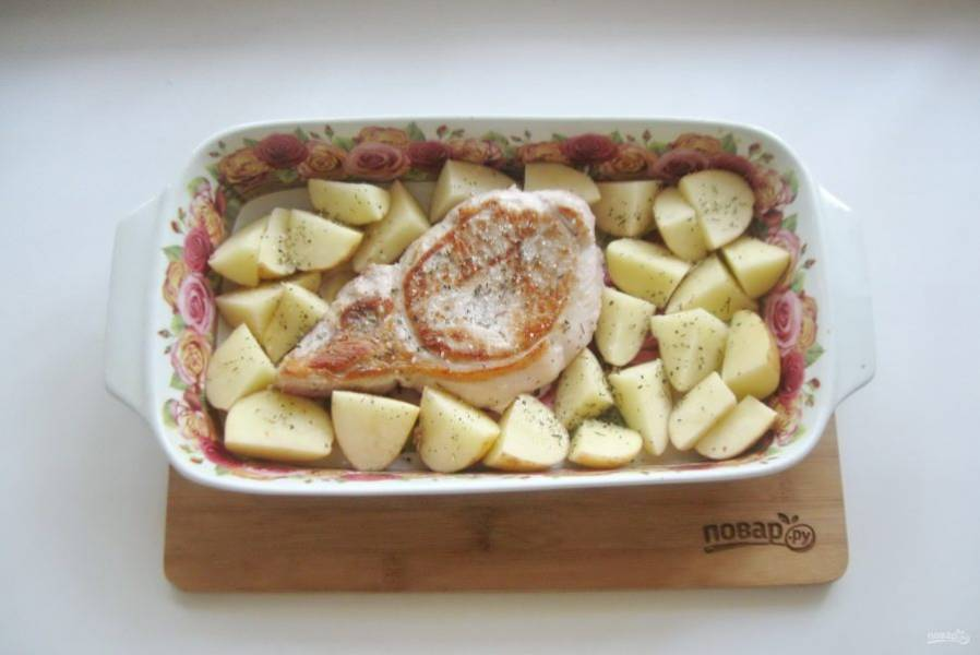 Посолите и поперчите картофель с корейкой.