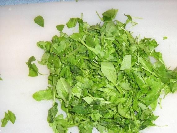 3.Очистите и помойте зелень. Порежьте на небольшие кусочки.