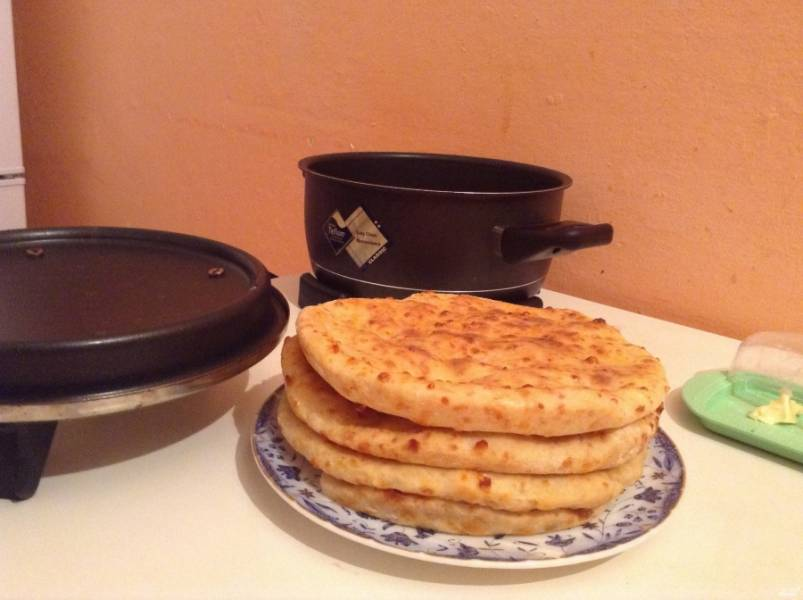 Готовые лепешки из творожного теста хороши как в горячем, так и в холодном виде. Приятного аппетита!