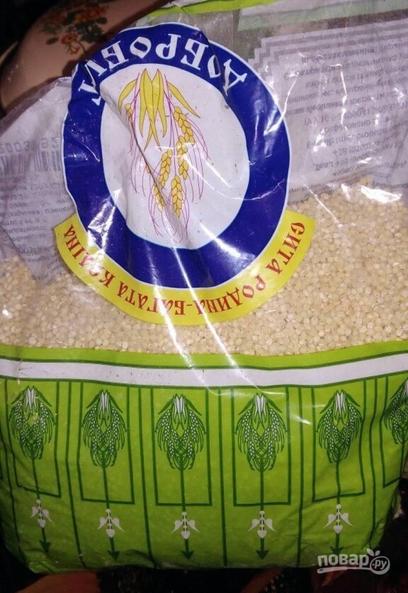 4. Рыбный суп хорошо сочетается с рисом и пшеном. В данном случае это пшено. Его нужно хорошо промыть (несколько раз), после чего отправить в суп, когда закипит картофель.
