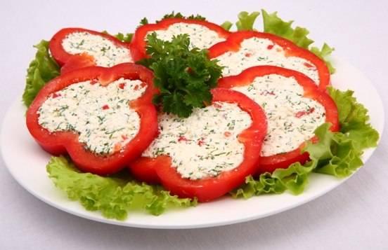 3. Выкладываем теперь нашу творожную смесь в кружки перцев, охлаждаем в холодильнике, украшаем зеленью - и закуска готова!