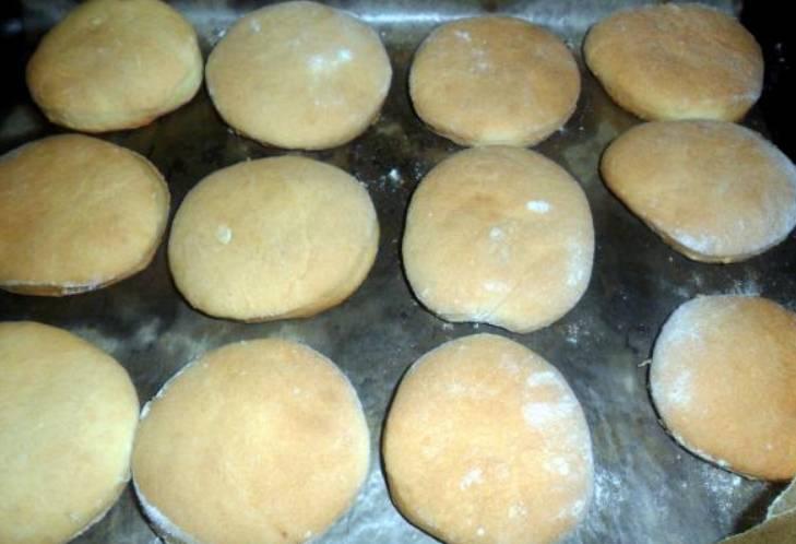 Застилаем противень бумагой для выпечки, выкладываем на него печенье. Выпекаем его 25 минут в духовке. Температура 200 градусов.