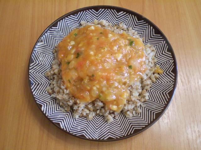 В тарелочку кладем порцию каши, поливаем соусом. Подаем к столу в горячем виде. Приятного!
