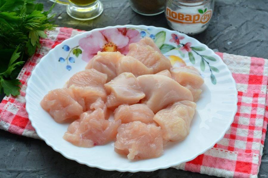 Куриное мясо промойте и нарежьте средними кусочками.