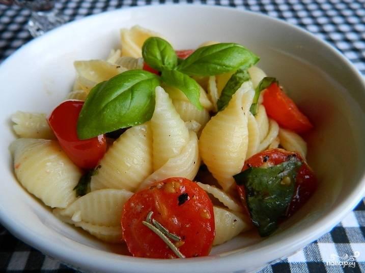 3. Отваренные макароны выложите на тарелку. На них выложите помидорчики и украсьте веточками или листиками свежего базилика. Приятного аппетита!