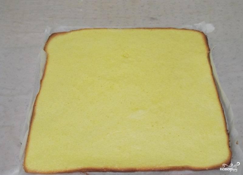 6.Выпекаем бисквит в духовом шкафу при температуре 200 градусов около двадцати минут. После приготовления перекладываем готовый бисквит вместе с пергаментом на полотенце.