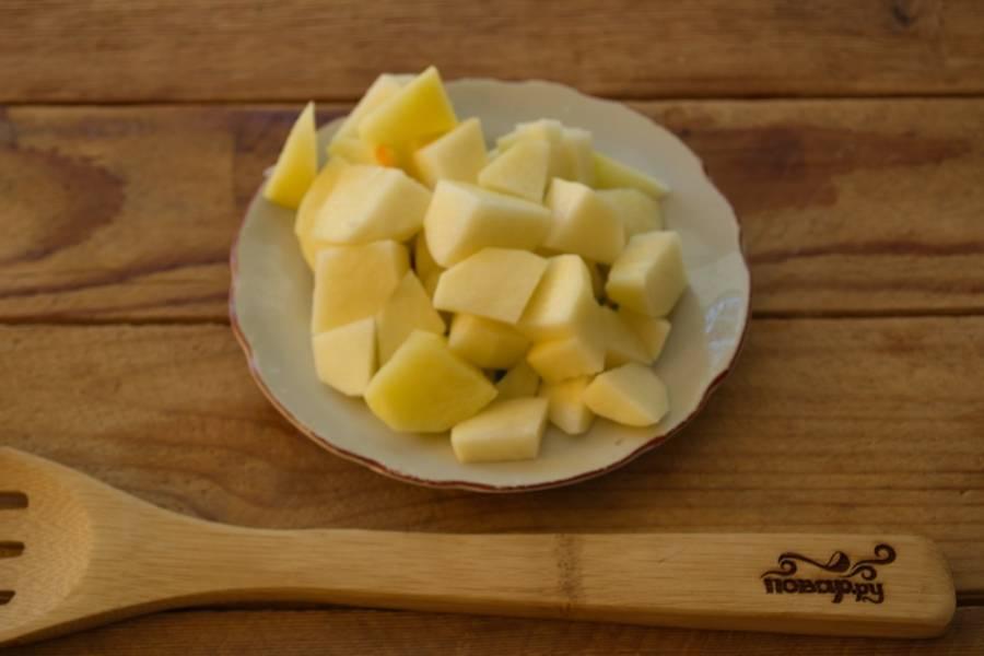 Очистите и нарежьте кубиками картофель. Кладем его в кипящий бульон.