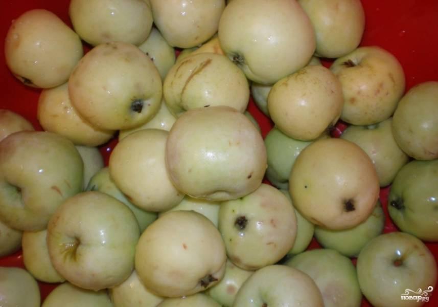 Яблоки помыть и очистить от плодоножек.
