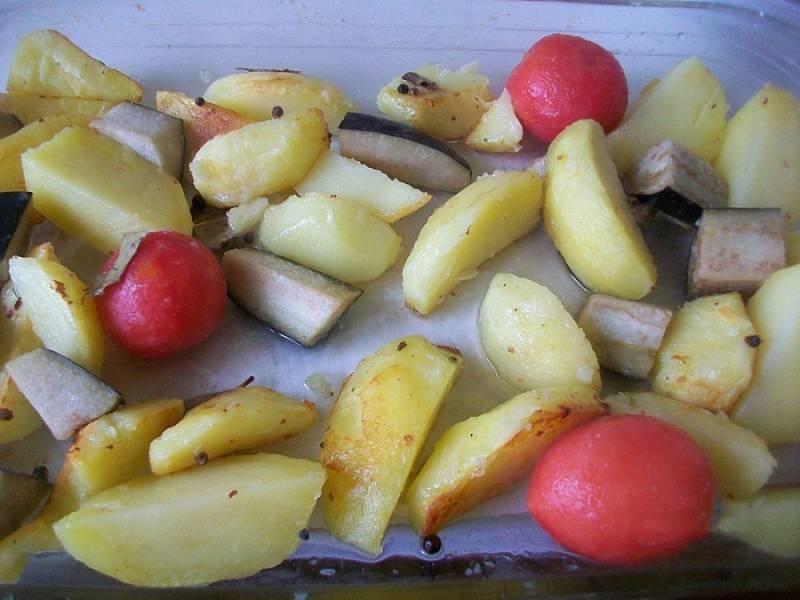 В смазанную форму для запекания выкладываем картошку и баклажаны, а также помидоры.
