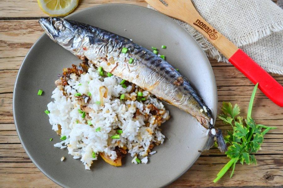 Скумбрия с рисом в духовке готова. Подавайте со свежими овощами. Приятного аппетита!