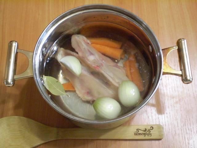В холодную воду кладем кости, лук, морковь, специи и соль. Ставим на плиту, доводим до кипения и варим при слабом огне 1 час.