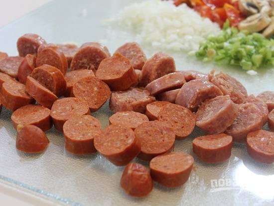 И нарезаем колбасу, колбаски или сосиски.