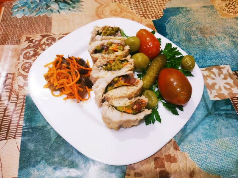 Подавайте рыбку с овощами.