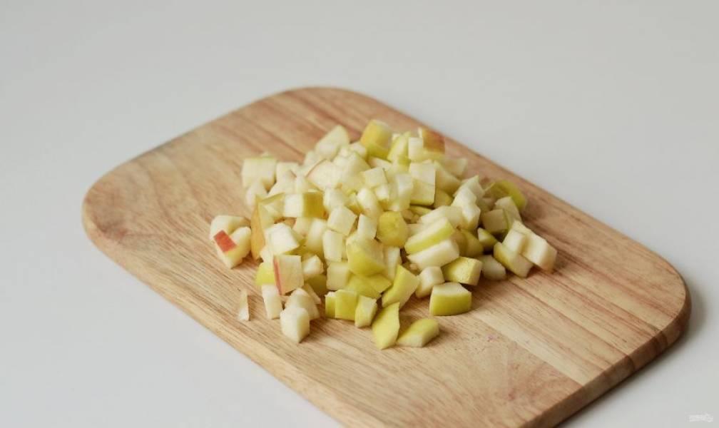 Яблоки нарежьте на мелкие кубики.