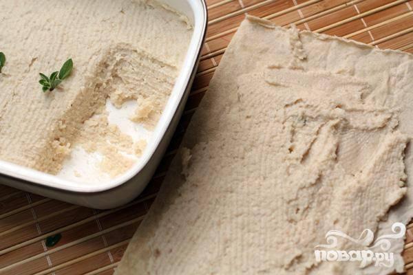 5.Чеснок с солью хорошо растираем в ступке. Лучше использовать морскую соль. К паштету добавляем измельченный чеснок и лимонный сок, хорошенько перемешиваем.  Пробуем на соль. Перекладываем в форму или намазываем на лаваш и сворачиваем рулетом.