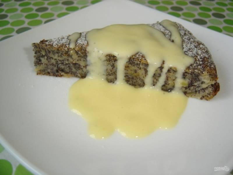 5.Подавайте пирог уже остывшим, со сгущенкой. Приятного аппетита!