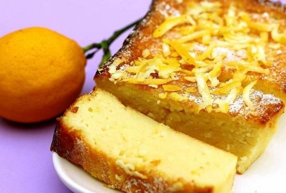 Украсьте пирог сахарной пудрой и цедрой лимона, нарежьте тонкими кусочками, подавайте к столу и наслаждайтесь!