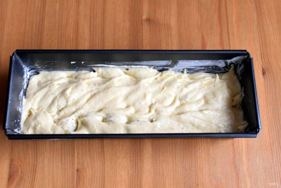 Добавьте во вторую половину теста ликер, перемешайте и выложите слоем поверх макового теста.  С помощью узкого ножа слегка перемешайте разводами тесто.