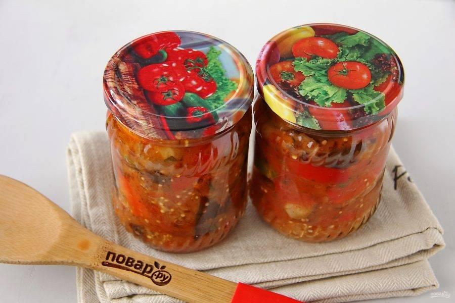 Раскладываем салат горячим в стерилизованные банки и закручиваем стерильными крышками. Из указанного количества выходит примерно 1,5 литра салата.