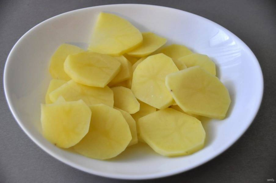 Почистите и порежьте картофель пластинками.