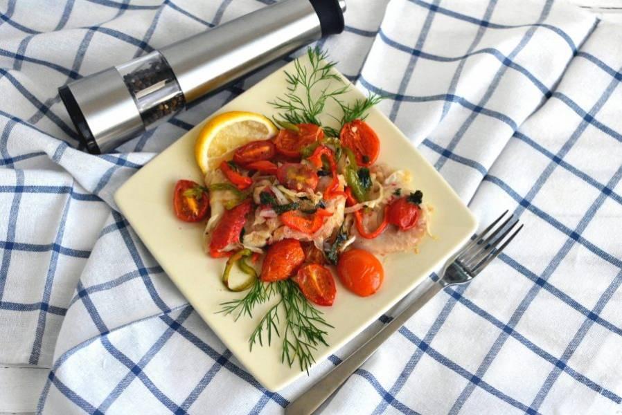 Дайте постоять вне духовки минут 5 и сервируйте, украсив свежей зеленью и долькой лимона.