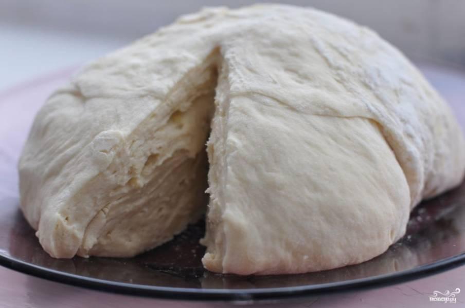 Вот так приблизительно выглядит готовое дрожжевое тесто для булочек. Если хотите, из него можно испечь не только булочки, но и сладкие пирожки или пирог. Приятного аппетита!