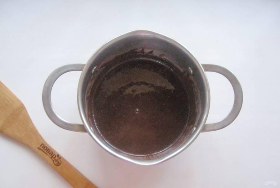Поставьте кастрюлю на плиту, перемешайте какао и кофе с водой, доведите до кипения. После охладите.
