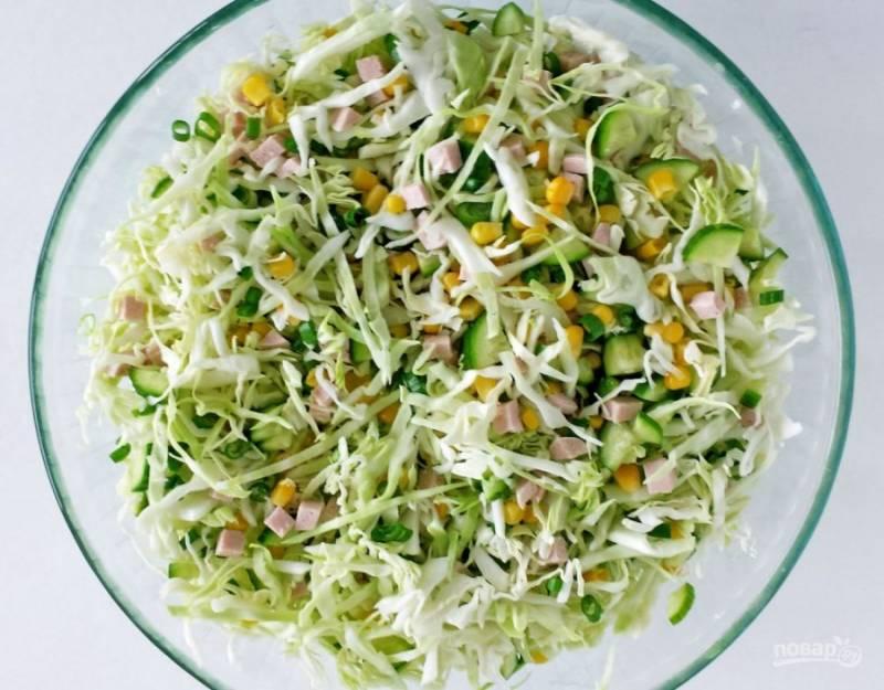 2.Аккуратно перемешиваю салат, добавляю щепотку соли (в таком виде его можно хранить несколько дней).