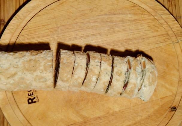 Извлекаем рулет из холодильник и нарезаем порционными кусочками.