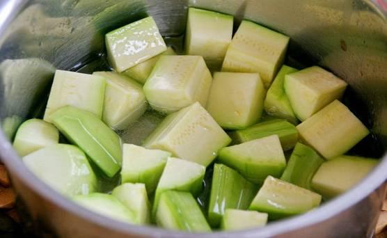 2. В кастрюлю отправьте все ингредиенты маринада, доведите до кипения. Выложите туда кабачки, дайте им провариться на среднем огне около 7-10 минут после повторного закипания.