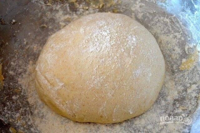 2.Перелейте дрожжевую смесь к муке и соли, перемешайте и замесите тесто (на это уйдет около 7-10 минут).