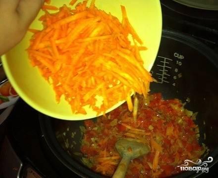 Морковь вымойте и очистите от кожуры, поскоблив острым ножом. Натрите корнеплод на крупной терке или нарежьте соломкой. Добавьте морковь к остальным овощам, перемешайте ингредиенты деревянной или пластиковой лопаткой.