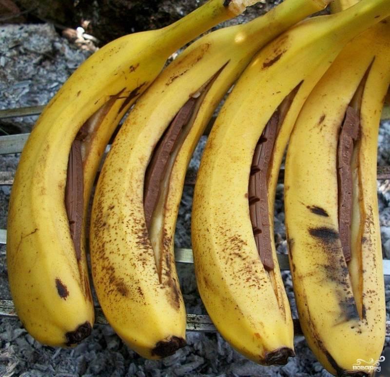 2.Ложем бананы на шампуры или на гриль и жарим до расплавления шоколада.