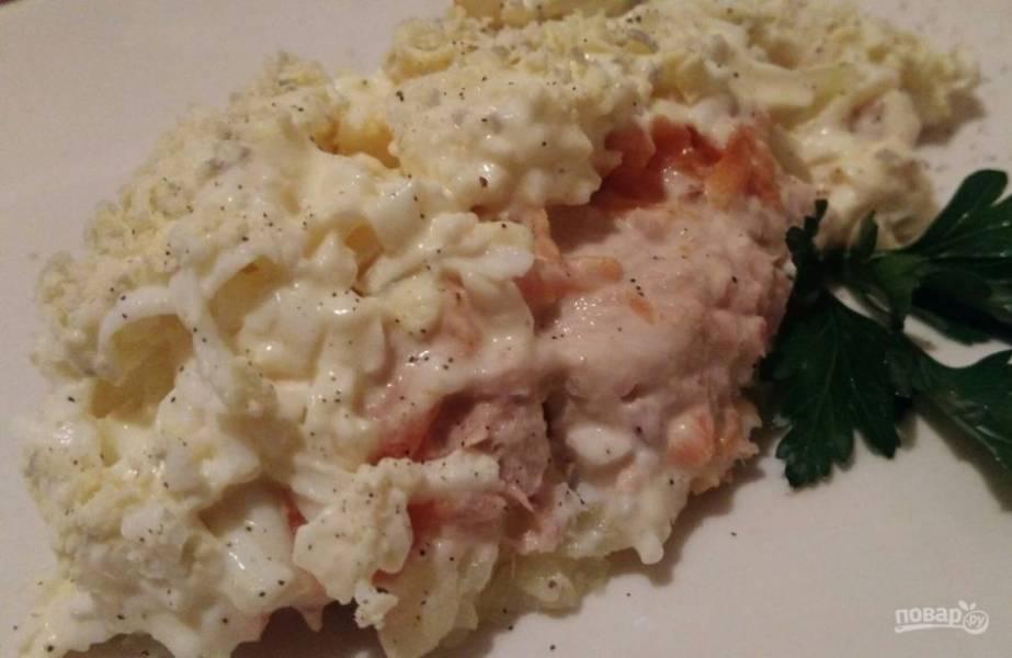 8. Такой салатик можно готовить даже на праздничный стол. Украсьте его по желанию и подавайте на красивом блюде.