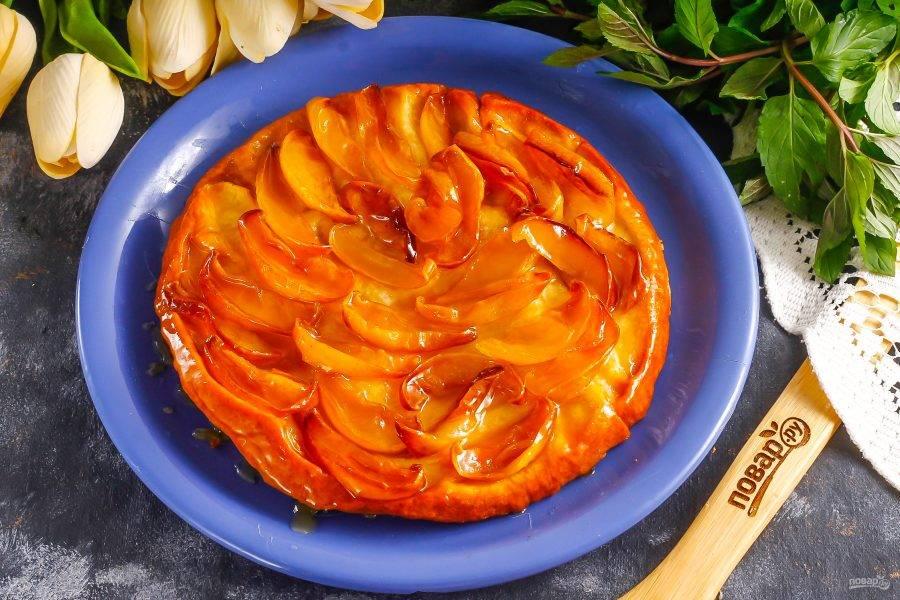 Затем форму извлеките из духовки и накройте тарелкой, очень аккуратно переверните дном вверх, чтобы тарт упал на тарелку тестом вниз. Действуйте очень аккуратно, так как карамель горячая и можно получить ожог!